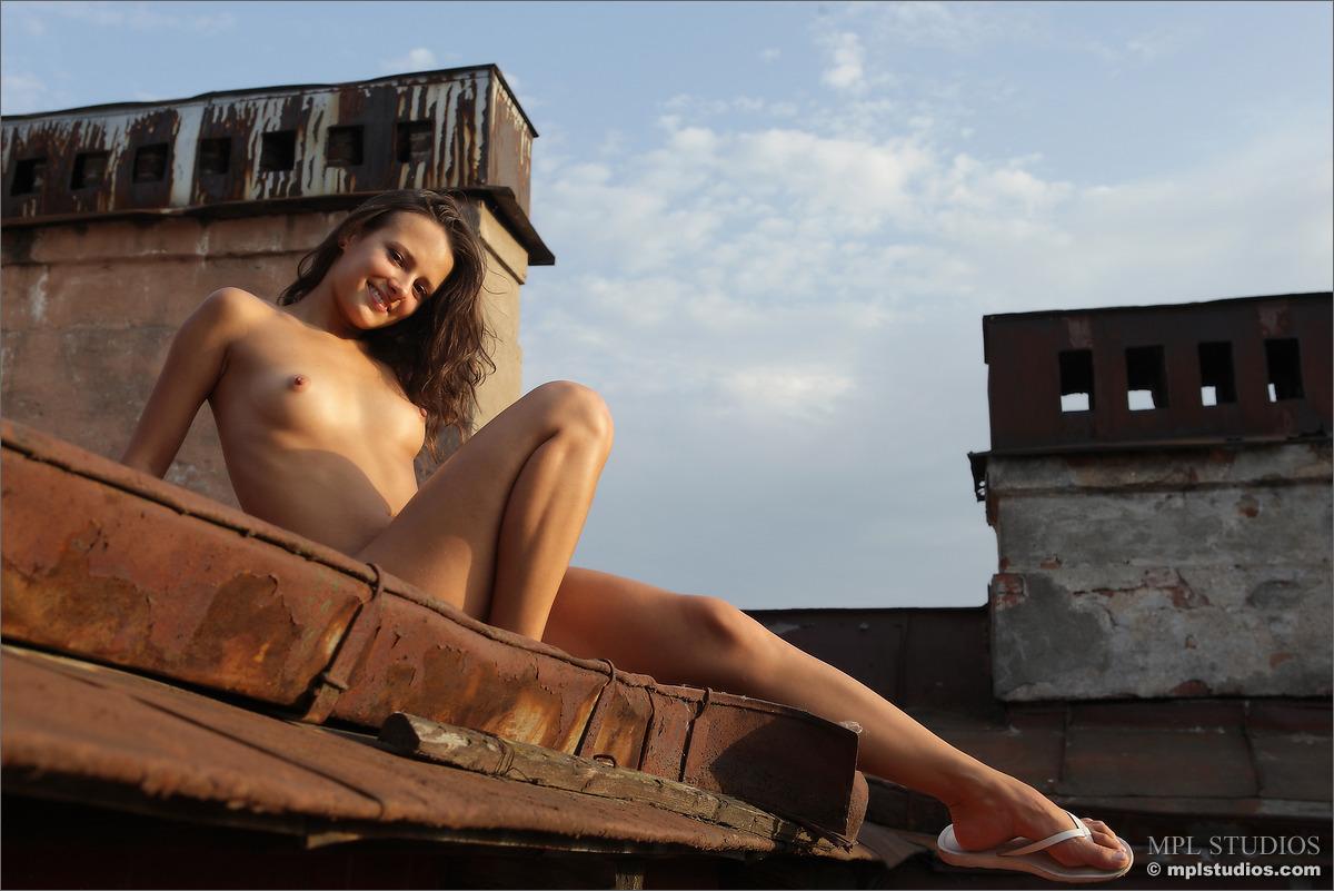 Девушка на крыше голая